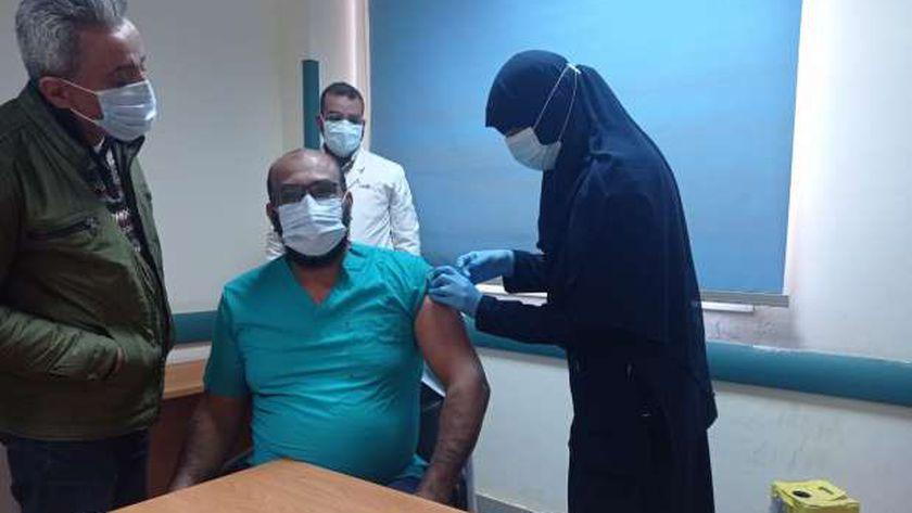 صورة «الصحة»: 527 من الأطقم الطبية تلقوا أول جرعة للقاح كورونا في يومين – مصر