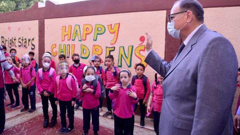 طلاب يطبقون الإجراءات الوقائية داخل إحدى المدارس