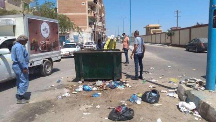 جانب من رفع القمامة من شوارع مدينة مرسى مطروح