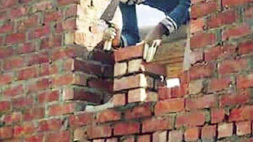 «مينا» أثناء مشاركته فى بناء المسجد
