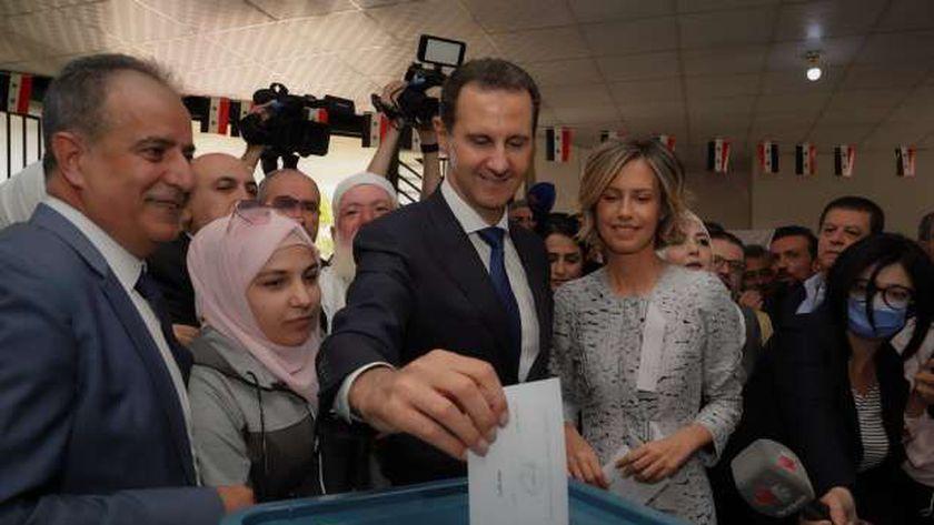 الرئيس السوري بشار الأسد يدلي بصوته في الانتخابات السورية 2021