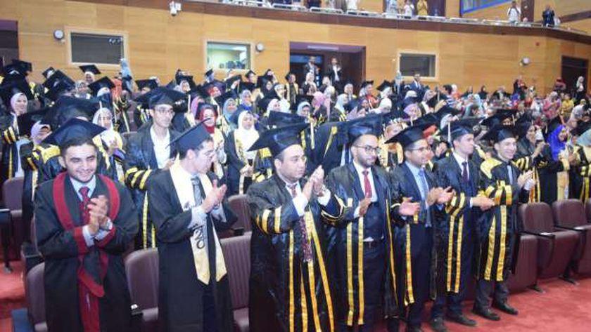 رئيس جامعة سوهاج يشهد حفل تخرج الدفعة الثالثة من كلية الصيدلة