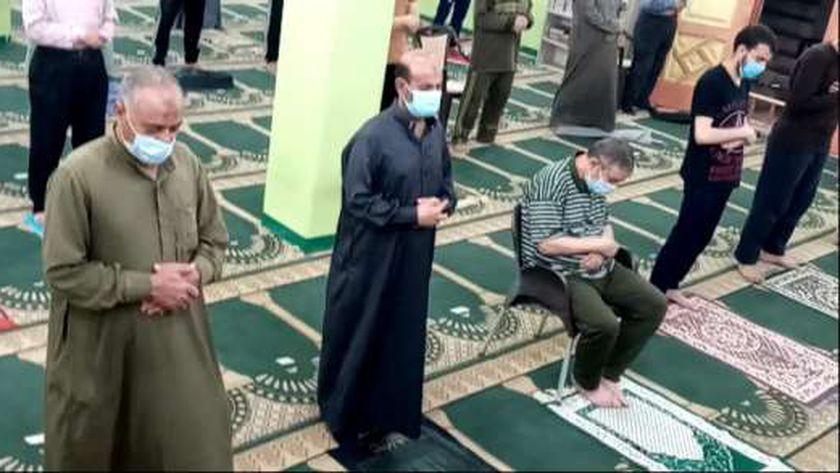 الصلاة بالمسجد وتطبيق الإجراءات الاحترازية