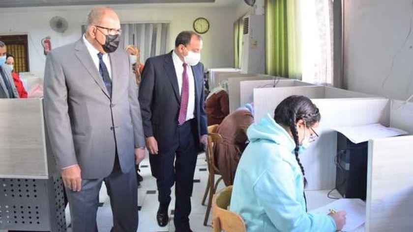 رئيس جامعة بني سويف يتفقد امتحانات طلبة بكالوريوس الطب