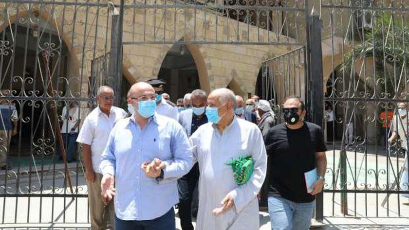 محافظ بني سويف يرافق مواطنا لمحل شكواه: «حاضر يا حاج هنرصف الشارع»