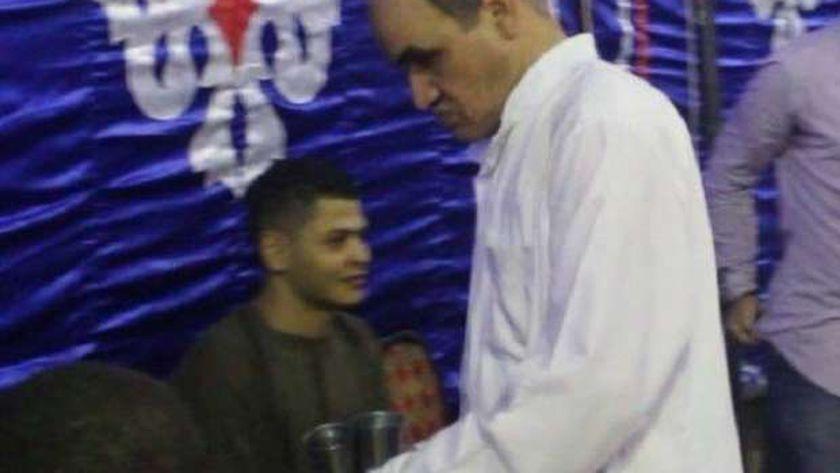 الطيب محمود في أحد المناسبات يسقي الناس مجانا