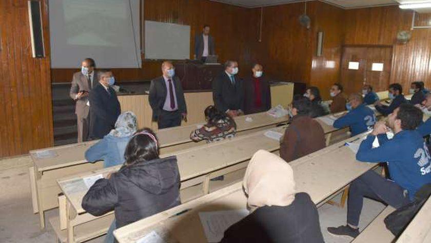رئيس جامعة سوهاج يتفقد امتحانات نهاية العام لطلاب الفرقة السادسة بالطب البشري