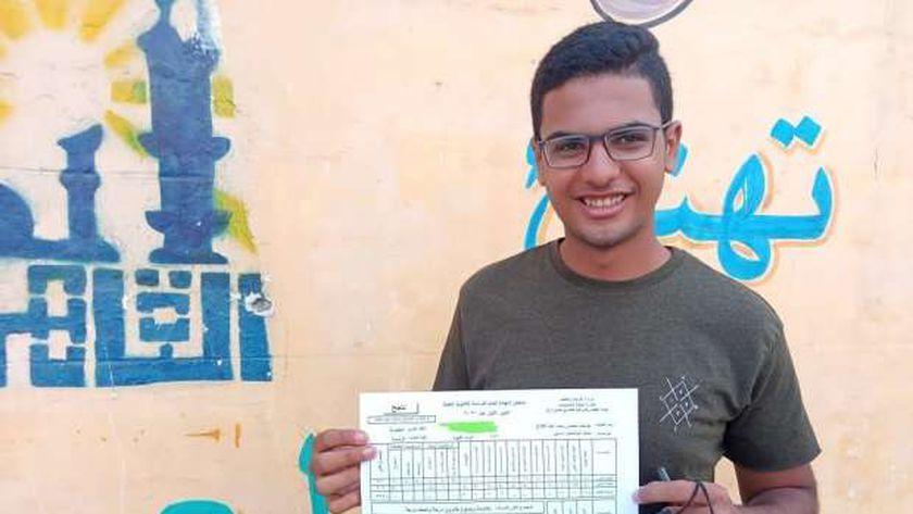 الطالب يوسف محسن بعد حصوله على 64.5 في اللغة العربية