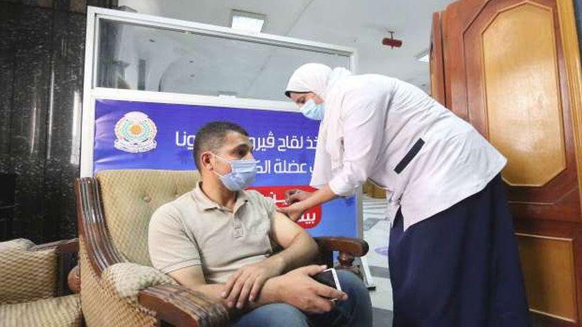 حملات تطعيم المواطنين بلقاحات «كورونا» مستمرة