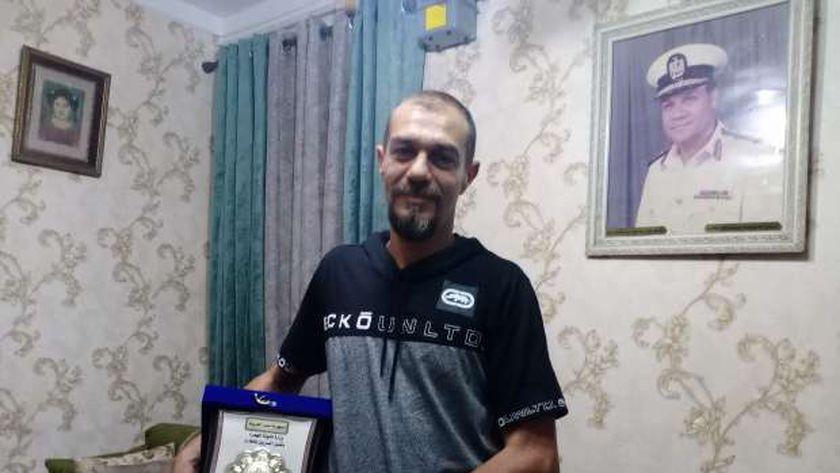 أحمد شعبان في منزله بالإسكندرية