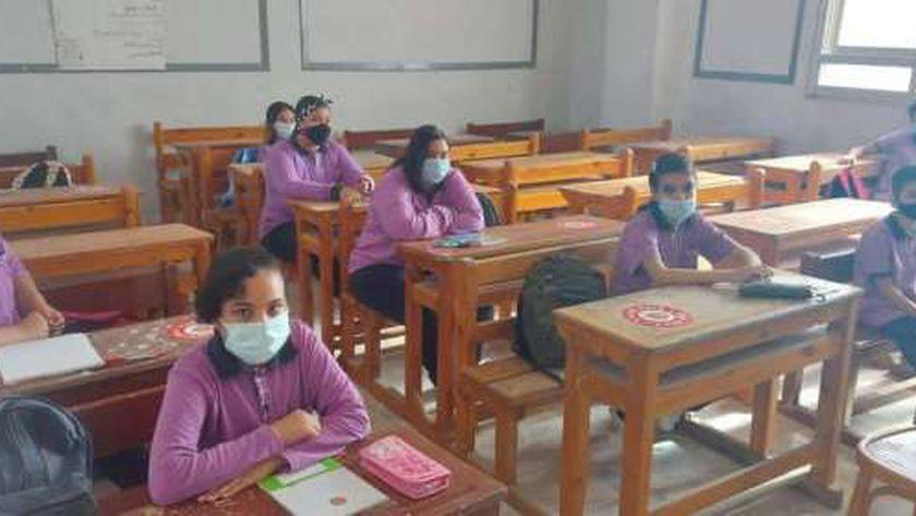 صورة أرشيفية لطلاب داخل فصل بإحدى المدارس