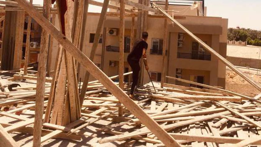 جهاز مدينة الشروق يزيل أعمال بناء مخالفة ويسترد محلين «متعدّى عليهما»