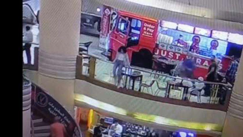 صورة من فيديو حادث انتحار فتاة المول