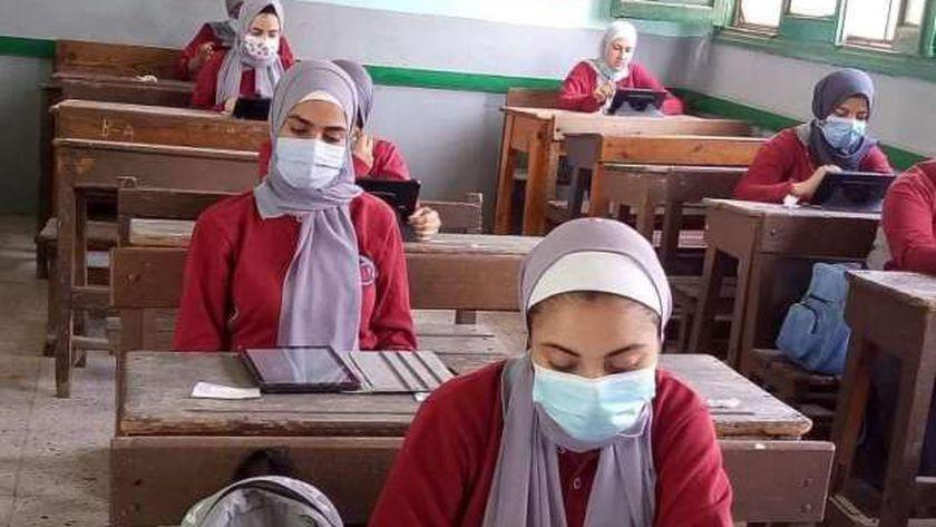 طلاب يؤدون الامتحان التجريبي