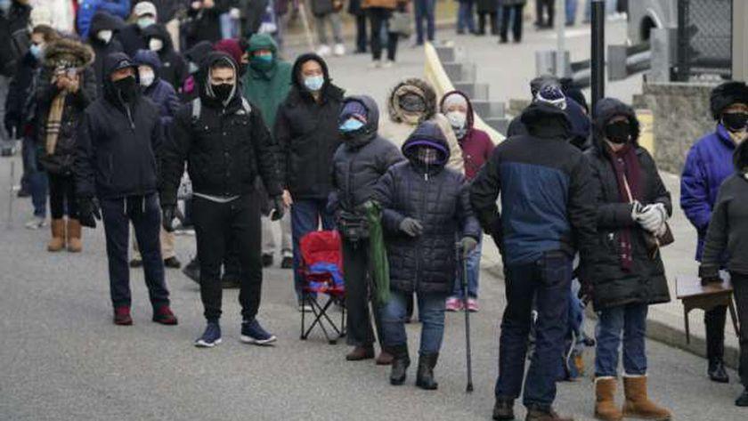 طابور من الأمريكيين أمام أحد مراكز تلقي لقاح كورونا