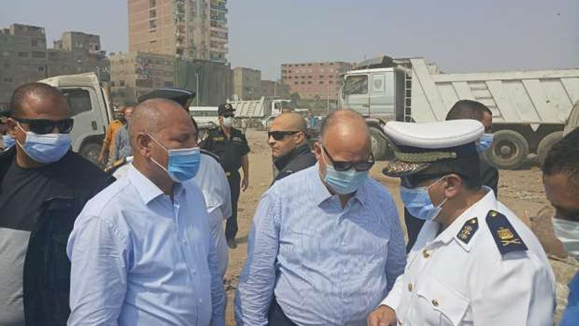 محافظ القاهرة خلال جولة