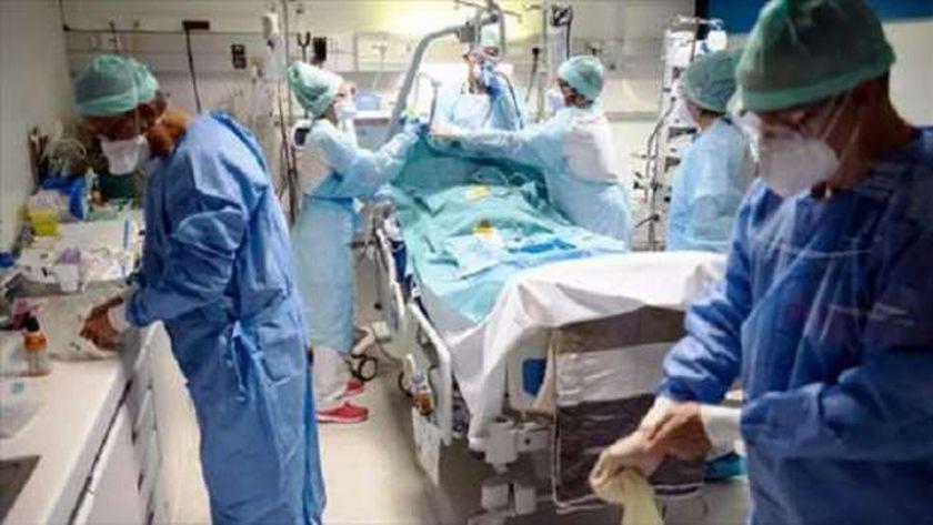 أطباء فرنسيون يجهزون غرفة عناية مركزة لإسعاف حالات «كورونا»