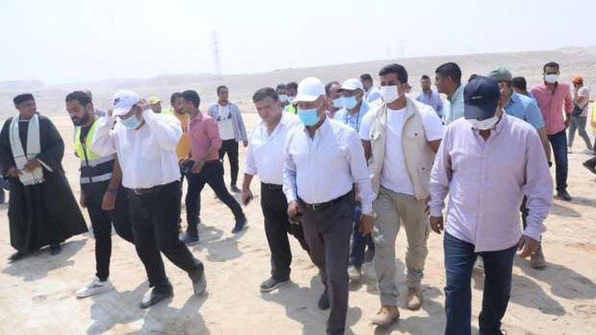 الفريق المهندس كامل الوزير وزير النقل يتفقد أعمال تنفيذ القطار الكهربائي السريع