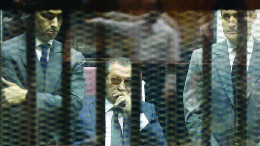 مبارك ونجلاه في القفص