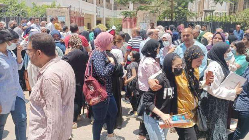 بلاغ من الأهالي للوزير: طلاب لجنة الحوياتي يخفون الهواتف في ملابسهم الداخلية