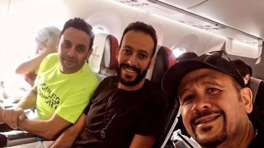 هشام عباس ومصطفى قمر من الطائرة