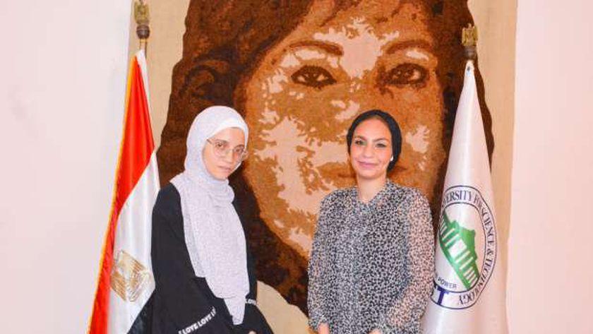 ياسمين الكاشف مع الطالبة نور عبد الغفار
