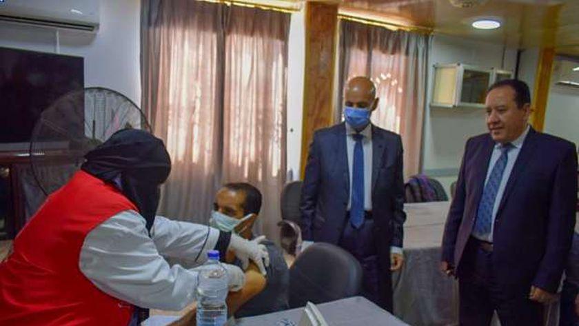 وكيل صحة الشرقية يتابع تطعيم العاملين بشركة الصالحية للاستثمار