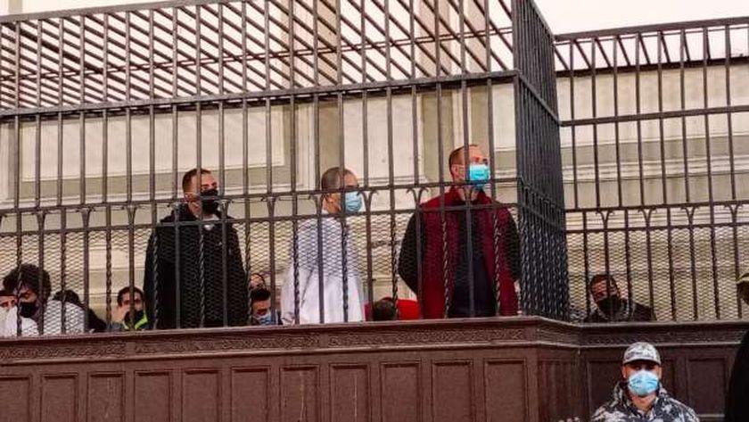 المتهم سفاح الجيزة داخل قفص الاتهام بمحكمة الإسكندرية