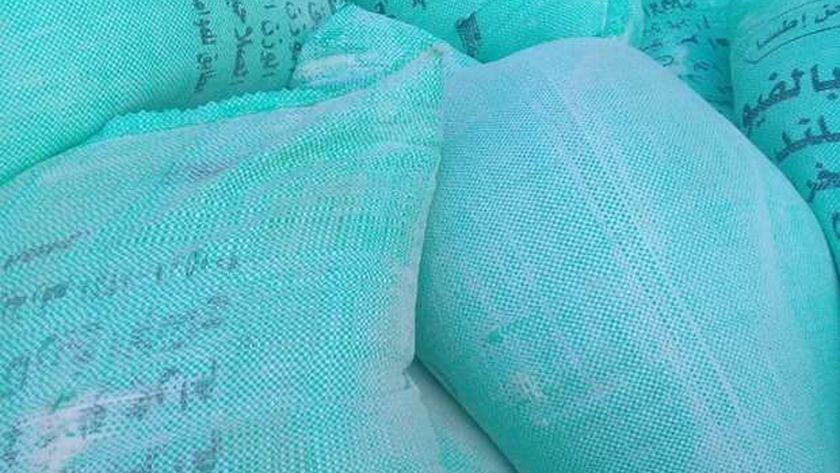 صورة التحفظ على طني دقيق مدعم قبل بيعها بالسوق السوداء في الشرقية – المحافظات