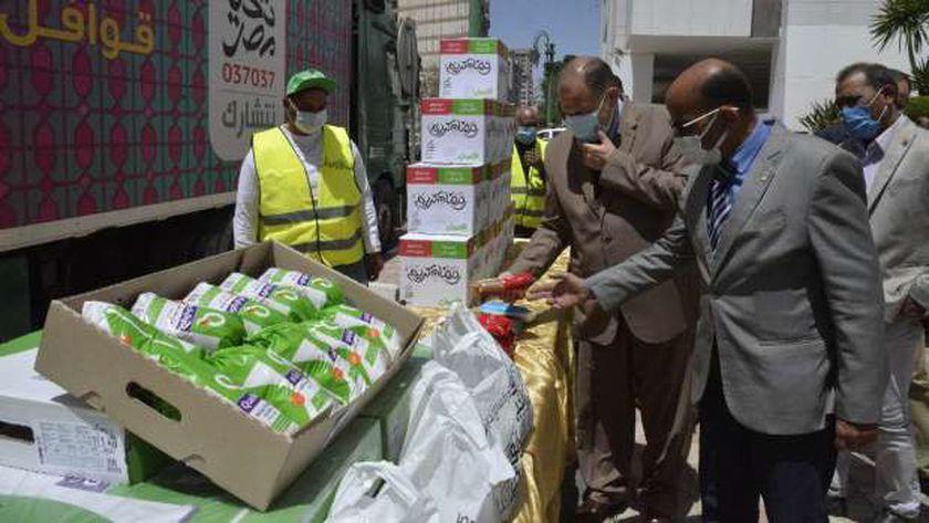 صورة وصول 7 سيارات مواد غذائية ضمن حملة «أبواب الخير» بأسيوط – المحافظات