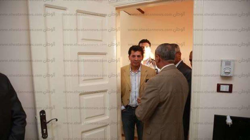الوزير خلال زيارة مفاجئة لأحد مراكز الشباب