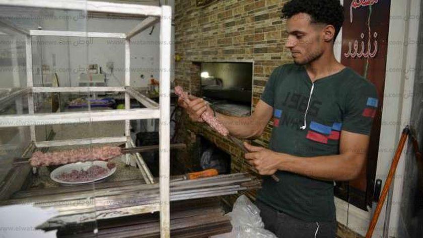 أحد العمال العراقيين أثناء عمل «الكباب العراقى»