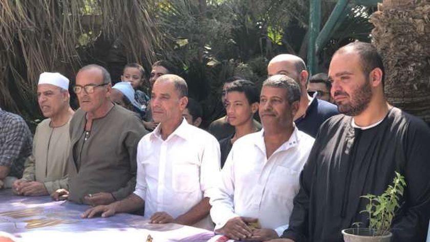كريم طلعت السادات أمام قبر والده بالمنوفية