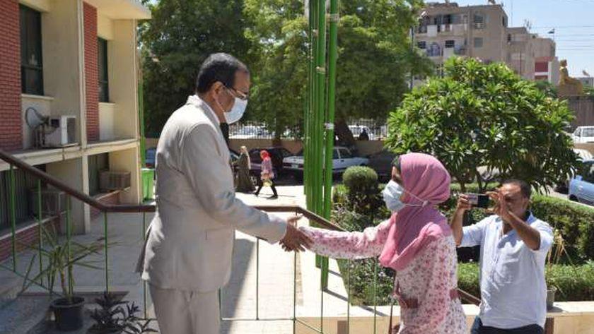 بعد تفوقها في الثانوية.. نائب رئيس جامعة سوهاج يمنح «آية» درعا وميدالية ومنحة للطب