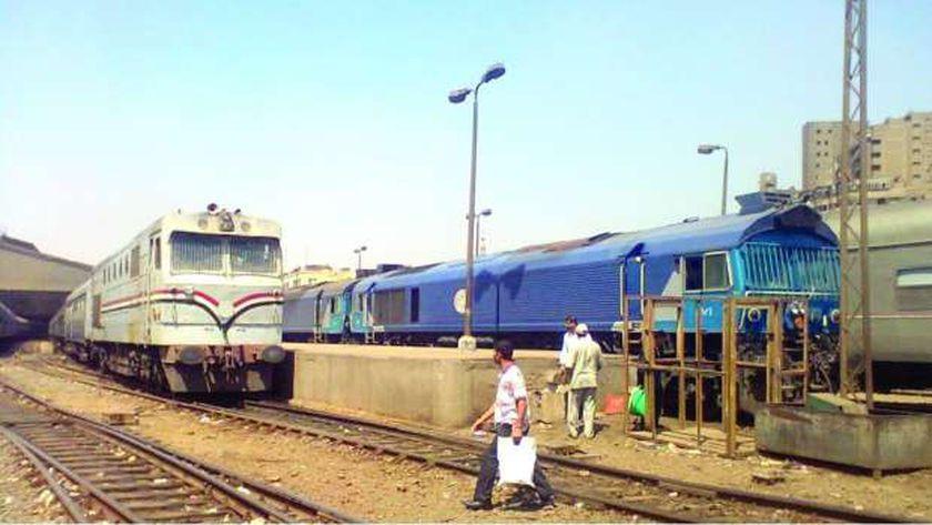 قطار يتفادي دهس سيدة حاولة الانتحار أمامه