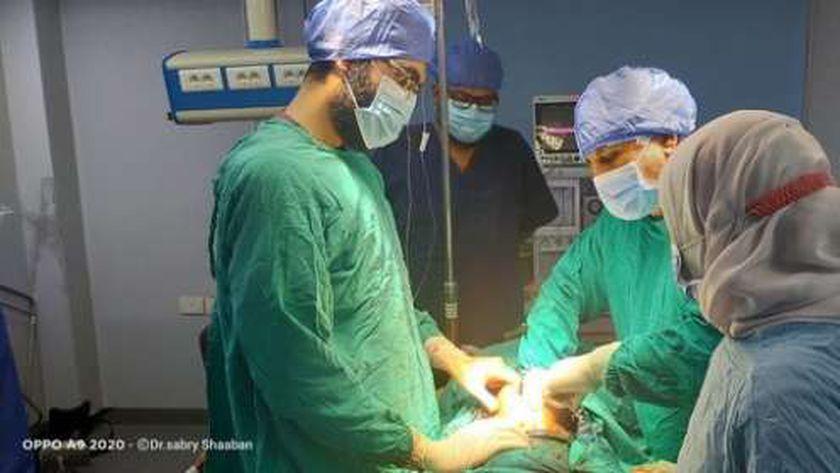 أطباء مستشفى مطروح العام خلال إجراء عملية جراحيه للشاب