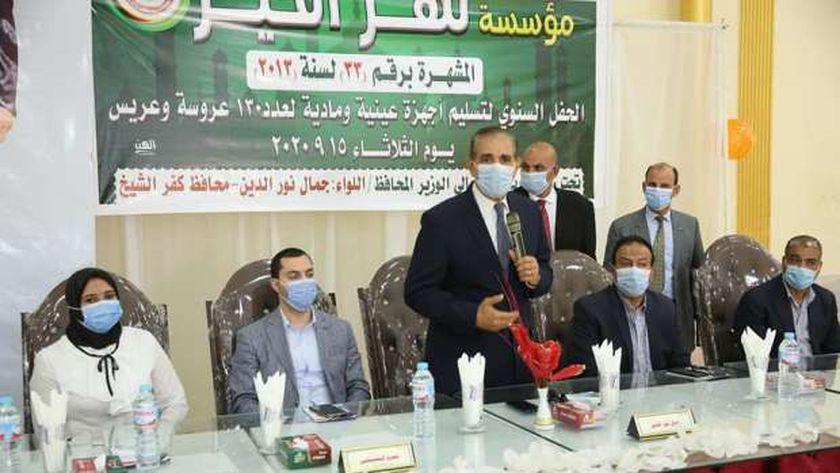 محافظ كفر الشيخ يسلم مساعدات عينية ومادية لـ130 عروس وعريس