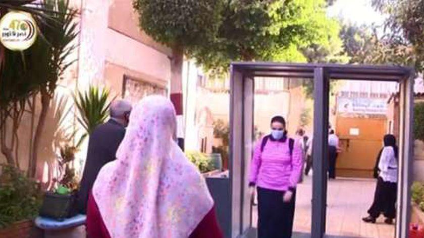 بوابات تعقيم على أبواب المدارس للوقاية من كورونا