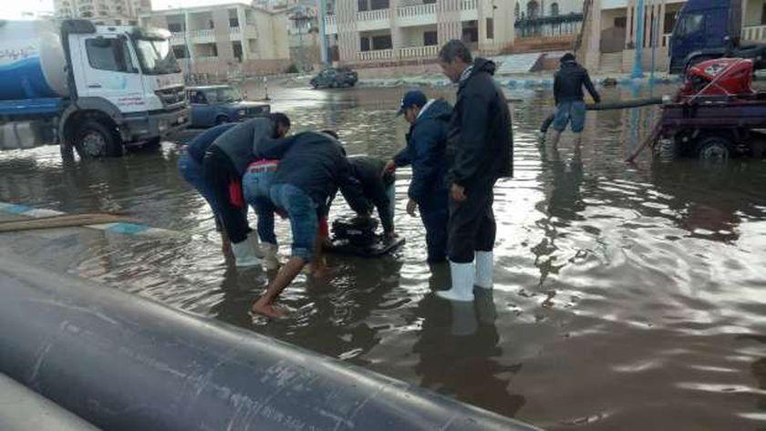 سحب مياه الأمطار من شارع الكورنيش بمطروح