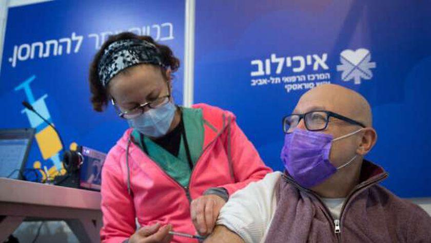 إسرائيلي يتلقى لقاح كورونا في تل أبيب