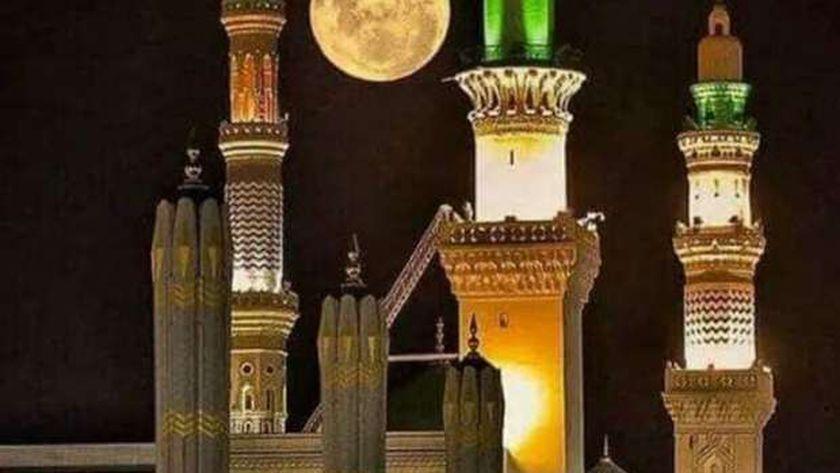 القمر فوق المسجد النبوي
