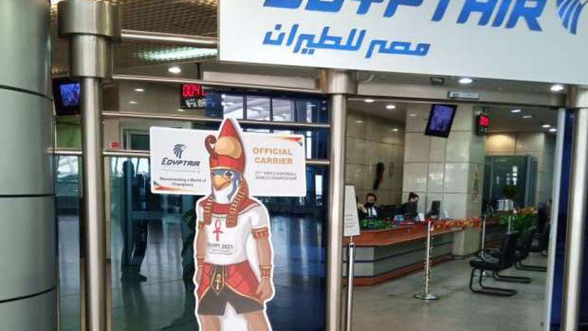 بمطار القاهرة منتخب فرنسا لكرة اليد علي رحلتها الخاصة القادمة من باريس