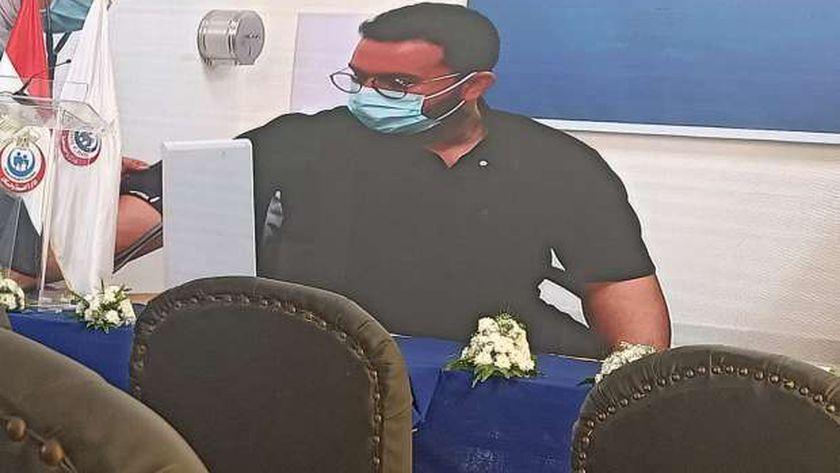 اول طبيب يتلقى لقاح كورونا