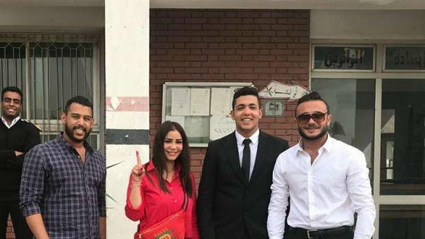 إيناس عزالدين تدلي بصوتها في الانتخابات الرئاسية