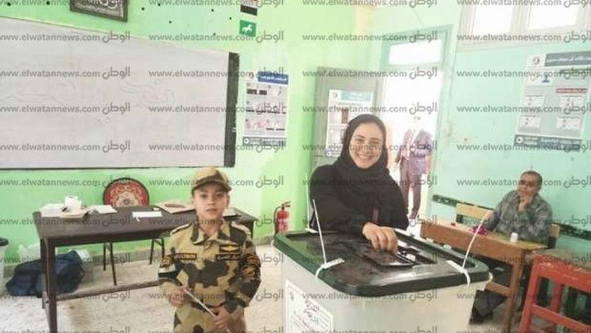 """منار سليم أرملة الشهيد المنسي تدلي بصوتها برفقة ابنها """"حمزة"""""""