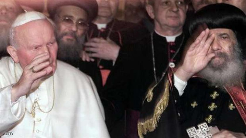 البابا يوحنا بولس الثاني مع البابا شنودة خلال زيارته لمصر - أرشيفية
