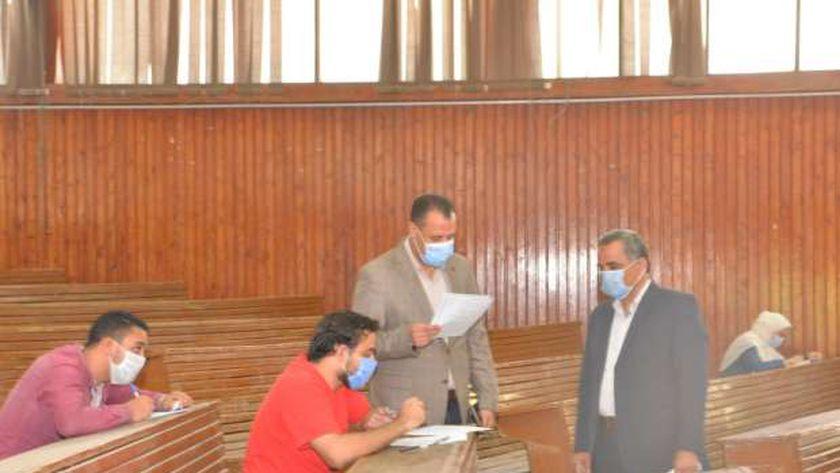 نائب رئيس جامعة أسيوط يتفقد امتحانات الفرق النهائية بكلية الآداب