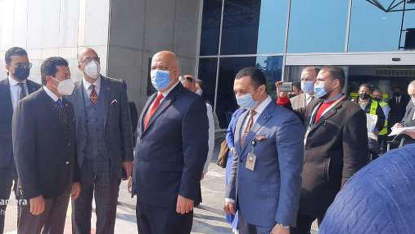 صورة رئيس «الدولي للرماية» ونائبه يصلان القاهرة لحضور «الأطباق المروحية» – مصر