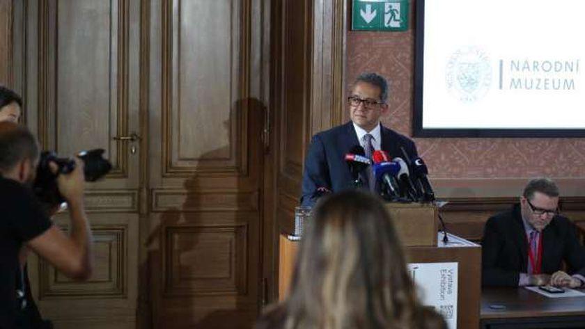 """وزير الآثار يتفقد معرض """"ملوك الشمس"""" بالمتحف القومي بالعاصمة التشيكية"""
