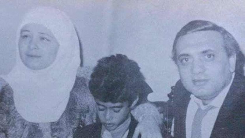 هيثم أحمد زكي يتوسط هالة فؤاد وزوجها عزالدين بركات